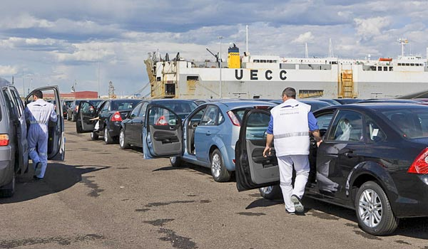 Transporte de vehículos nuevos en el puerto de Sagunto.