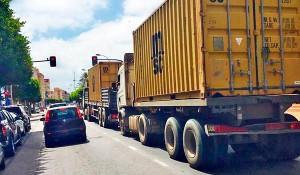 Camiones en tránsito desde el puerto de Melilla a la frontera con Marruecos.