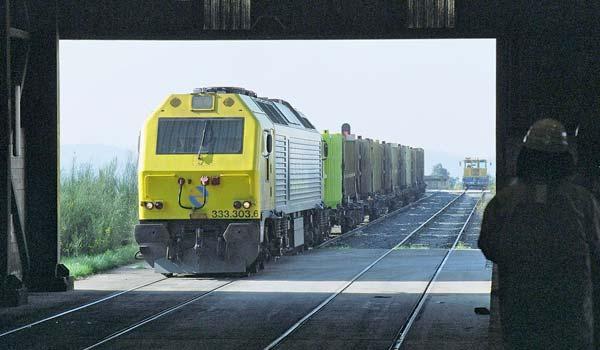 Renfe Mercancías une la planta de Cerceda con las estaciones de Vigo, Lugo y Taboadela.