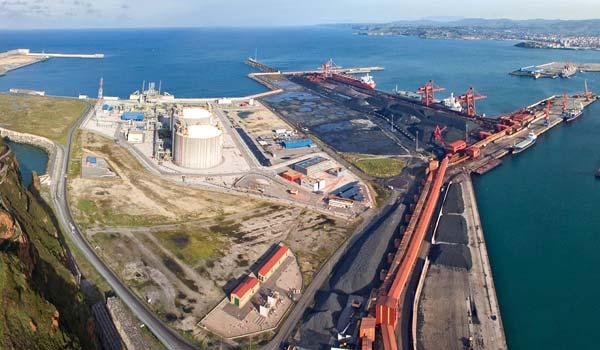 Vista de los muelles Olano y Marcelino León del puerto de Gijón.