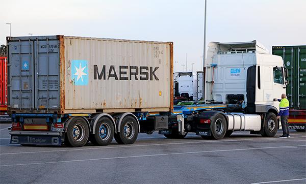 Grupo Salgar dispone de una flota propia de más de 125 tractoras dedicadas el acarreo de contenedores en los puertos españoles.