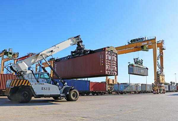 Los 'pools' compartidos en los puertos españoles mantienen una plantilla de alrededor de 6.500 estibadores.