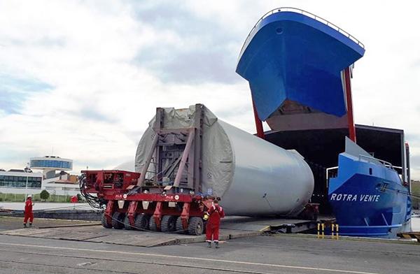 Imagen del embarque del proyecto eólico en el puerto de Avilés.