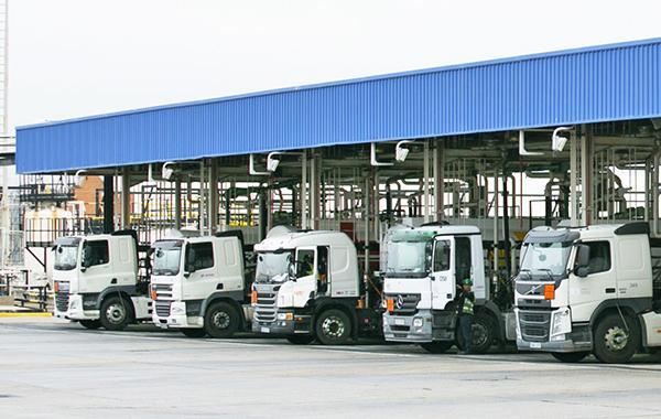 Imagen de vehículos cargando combustible en una instalación del Grupo CLH.