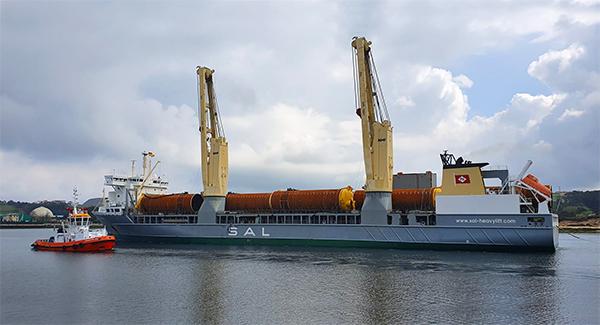 """Imagen del buque """"Svenja"""" en el puerto de Avilés con la carga de 21 piles realizada por MarPrin."""