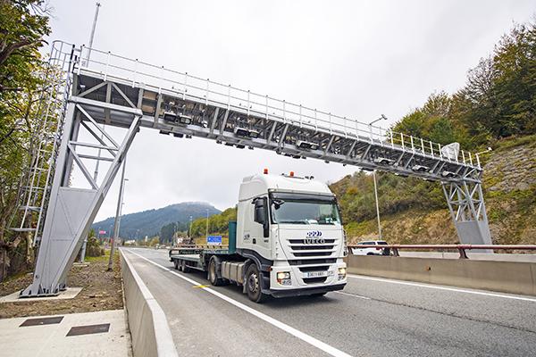 Imagen de un camión en la carretera N-1 a su paso por Etxegarate.