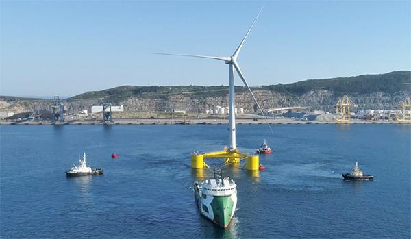 Imagen de la operativa de salida del puerto exterior de la tercera plataforma de Windfloat Atlantic.