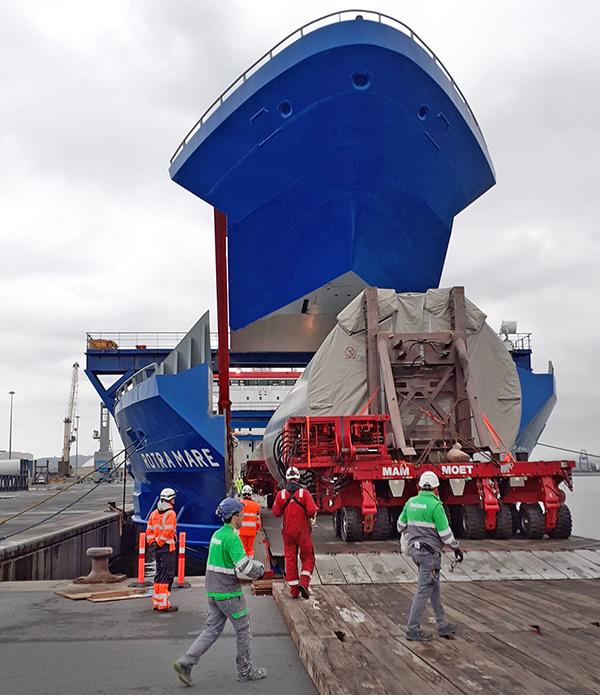 """Imagen del embarque de las torres offshore de Haizea Wind en el buque """"Rotra Mare""""."""