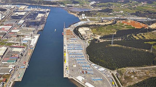 Vista área del puerto de Avilés con la dársena de San Juan Nieva al fondo a la izquierda.