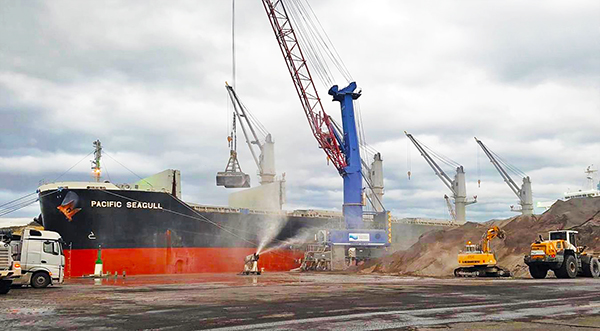 Operativa de embarque de las cenizas. Foto de la Autoridad Portuaria de Avilés.