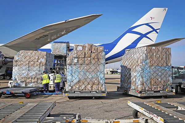 Imagen de uno de los vuelos cargueros con material sanitario procedente de China para la Comunidad de Madrid. Foto: D.Sinova