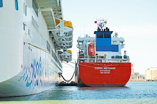 Operación e bunkering de barco a barco en el puerto de Barcelona.