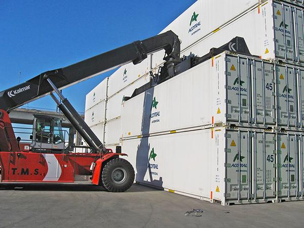 Operaciones con contenedores de Acotral en la terminal TMG del puerto de Sevilla.