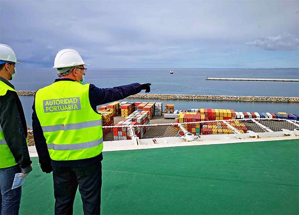 Caicedo señala la zona donde se podrán instalar las plataformas petrolíferas.