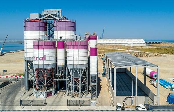 Imagen de las instalaciones de Cementos Carral en el puerto exterior de A Coruña.