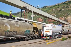 Carga del tren en las instalaciones de Bunge en el puerto de Barcelona.
