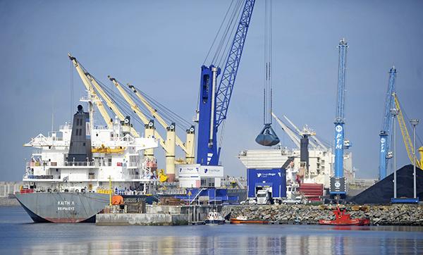 Operativa del Grupo Nogar en el puerto exterior de A Coruña.