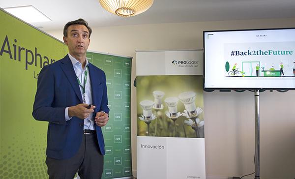 Alberto Larrazábal, director nacional de Industria & Logística de CBRE España, durante la presentación de 'Black2theFuture' en la plataforma de Prologis en San Fernando de Henares (Madrid) que explota Airpharm.