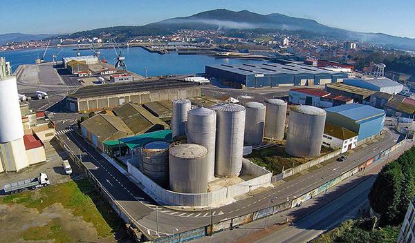 Instalaciones del centro logístico de Aceites Abril en el puerto de Vilagarcía.