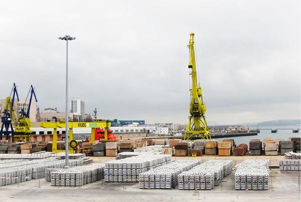 Operativa de Kaleido Logistics con aluminio en el muelle Transversal de Vigo.