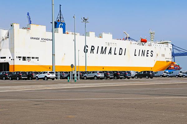 Operaciones de automóviles de Ford en un buque de Grimaldi en Valencia.