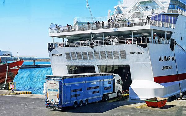 Operaciones de carga rodada en el puerto de Almería.