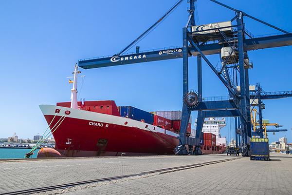 """El buque """"Charo B"""" de Boluda Lines operando en la terminal de Concasa en Cádiz."""