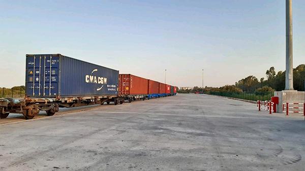 Imagen del nuevo tren de Yilport, traccionado por Renfe.