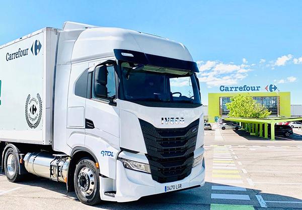 Imagen de uno de los camiones propulsados por gas natural de ATDL que realizan el transporte para los 25 hipermercados de Carrefour en Madrid.