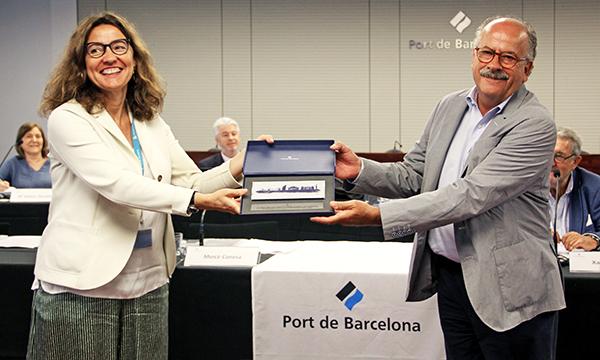 Mercè Conesa reconoce la labor de Joan Colldecarrera.