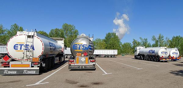 ETSA cuenta con una flota propia de 30 remolques cisternas.