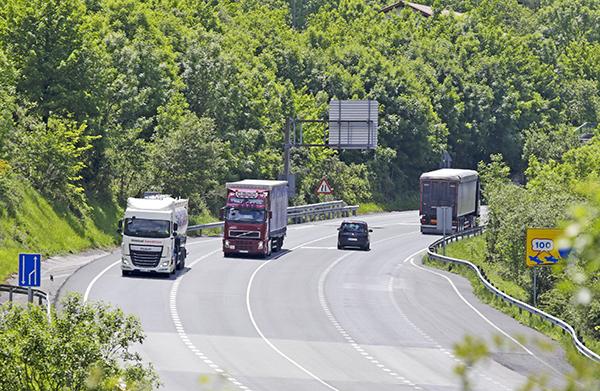 La mayor contribución a la Hacienda navarra del transporte por carretera proviene del impuesto sobre hidrocarburos, con 102,5 millones de euros.