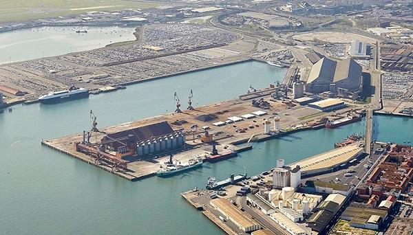 Vista aérea del espigón norte de Raos en el puerto de Santander.