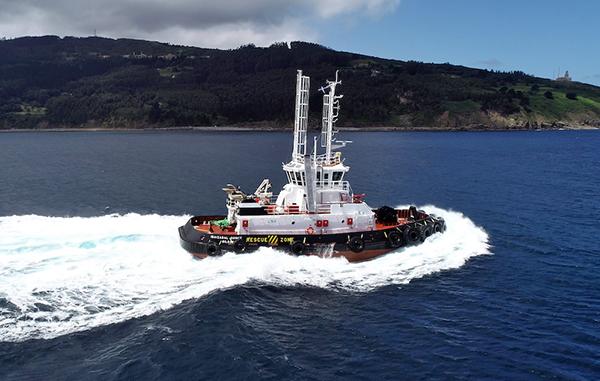 """Imagen del remolcador dual-fuel """"Ibaizabal Quince"""" en el puerto de Bilbao."""