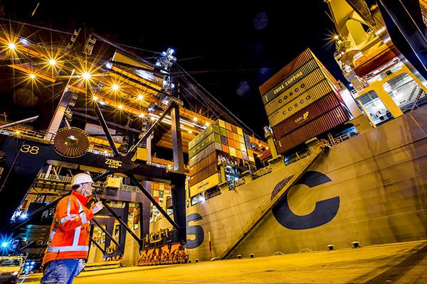 El puerto de Róterdam ha salvado la mitad del ejercicio con una ligera subida en la factiración. Foto: Eric Bakker. Rotterdam Port