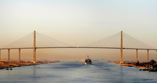 El Canal de Suez trata de retener tráficos que se desvían por rutas más largas, pero más económicas.