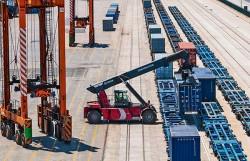 Es uno de los principales operadores ferroviarios del puerto de Barcelona.
