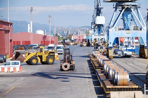 Operaciones intermodales en el Muelle Sur del puerto de Sagunto.