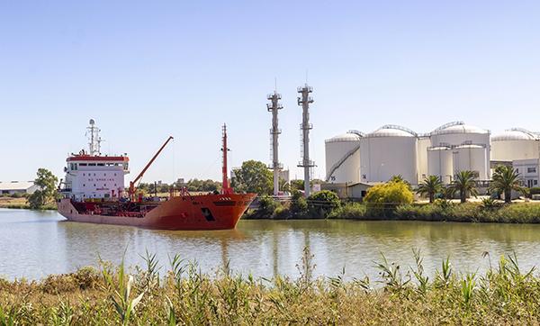 Un buque operando en la terminal logística de líquidos de Sevitrade.