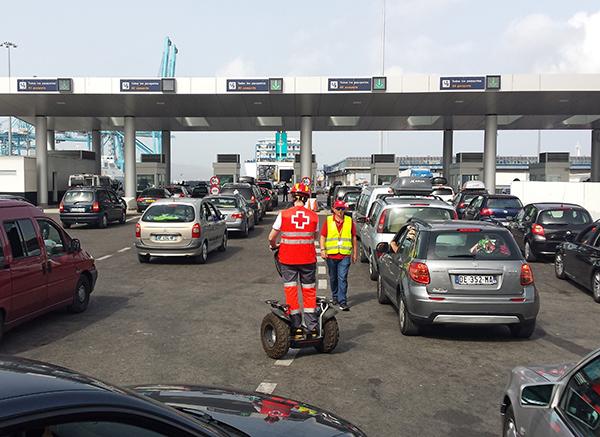 Colas de vehículos esperando a embarcar en el puerto de Algeciras, enclave que mayor flujo de pasajeros venía acogiendo en cada Operación Paso del Estrecho.