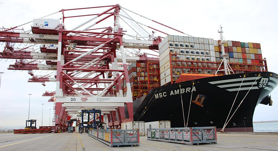 Portacontenedores puerto de Barcelona