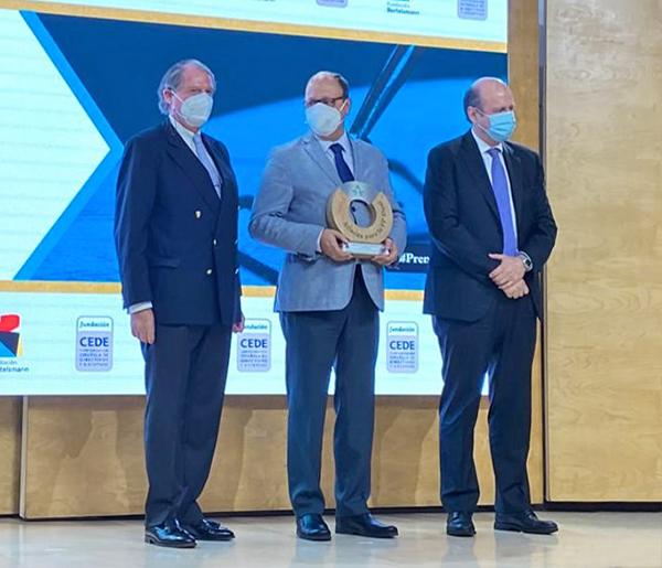 Marcos Basante, presidente de Astic, recibiendo el premio.